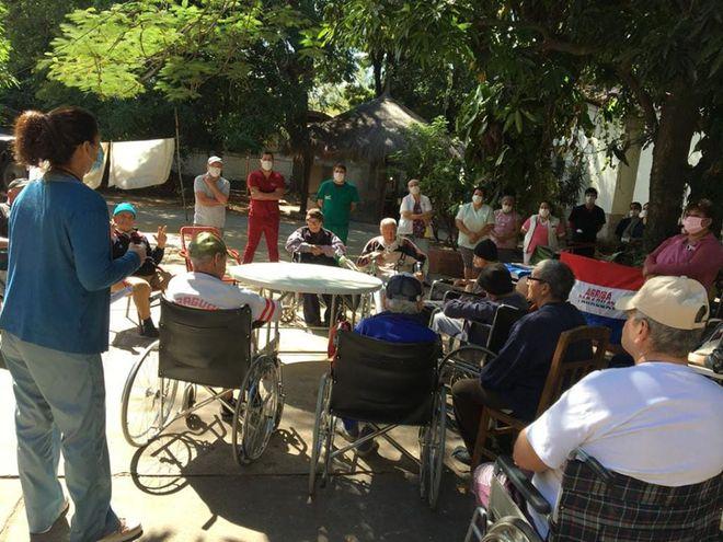 Ancianos del hogar Santo Domingo, recibiendo información sobre el covid -19.