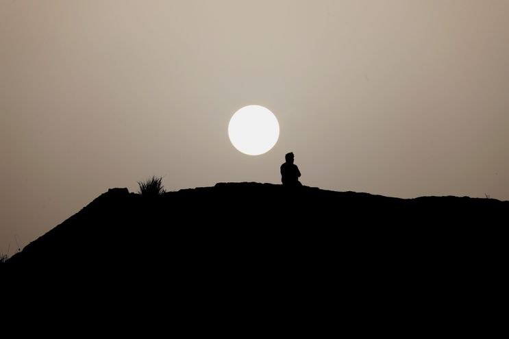 """Puesta del sol en el Morro (Puerto Rico), envuelto en polvo del Sahara, un evento que no sucedía con tal intensidad desde hace 50 años y que ha llevado a las autoridades a catalogar el aire de """"muy insano"""" ya que las concentraciones de arena son """"altas""""."""