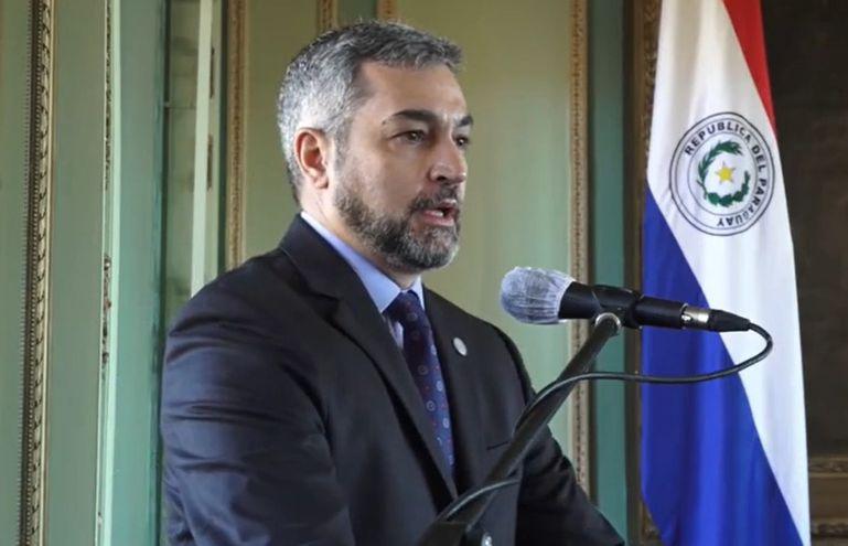 El presidente de la República, Mario Abdo, se dirige a los presentes en Palacio de López tras la firma de un contrato que permitirá la construcción de la subestación Yguazú.