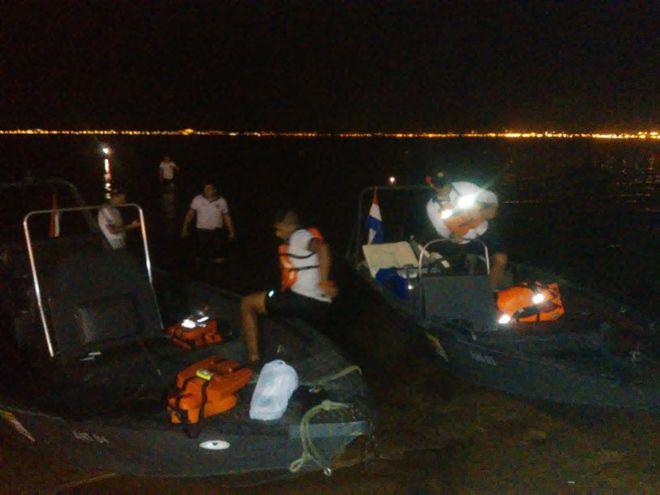 Botes de la Prefectura Naval que rescataron a los tripulantes de la embarcación que sufrió el percance.