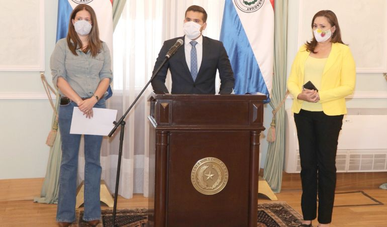 Cristina Goralewski (izq.), Hernán Huttemann (c) y Gail González, ayer en rueda de prensa en Palacio de López.