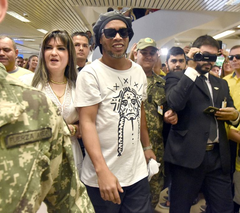 La empresaria Dalia López acompañó a Ronaldinho hasta el Yacht y Golf Club, en donde está hospedado.