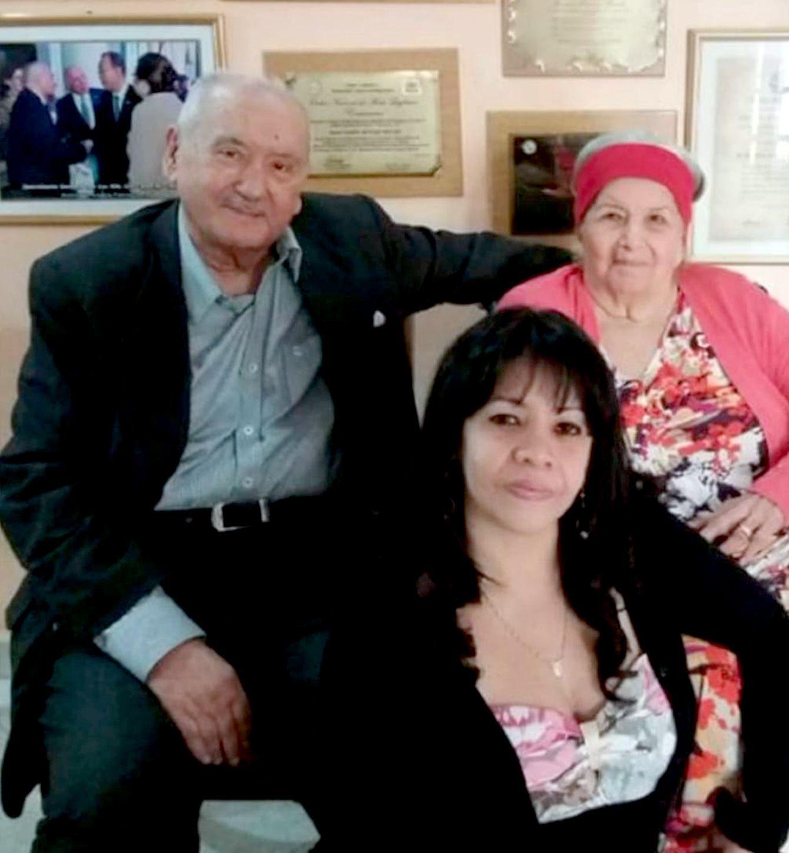 En la imagen se observa al Dr. Bracho, su esposa Nélida (+) y a su hija Patricia.