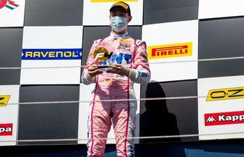 Joshua Duerksen recibe el trofeo de ganador de la primera carrera de la tercera jornada del campeonato italiano de Fórmula 4.