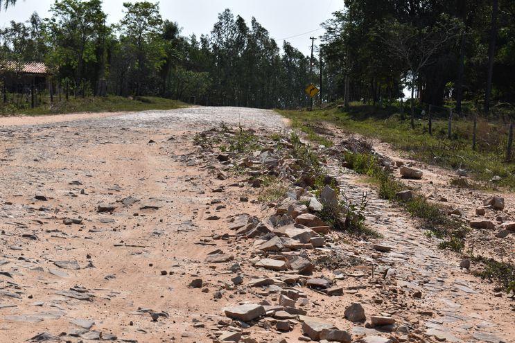 La vía de 7,4 Kilómetros que une Nueva Colombia con Emboscada se encuentra destruida en varios tramos.