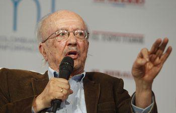El periodista colombiano Javier Darío Restrepo, un referente de la ética del oficio en toda Iberoamérica y maestro de la Fundación Gabo desde 1995, falleció este domingo a los 87 años.