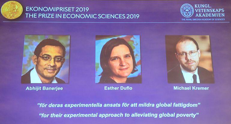 Abhijit Banerjee, Esther Duflo y Michael Kremer, ganadores del premio Nobel de Economía.