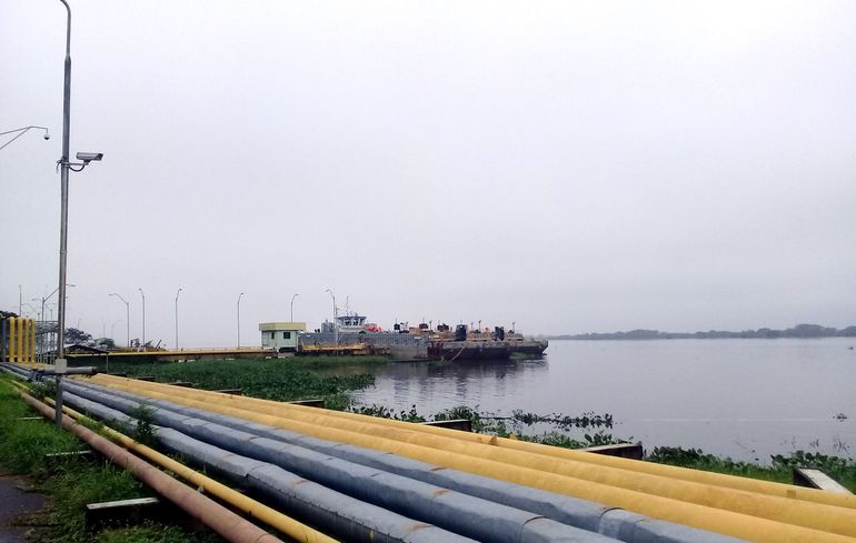 El atracadero de Petropar en Villa Elisa donde las barcazas de la empresa contratista bajan las cargas de gasoíl y nafta que transportan de la zona del Río de la Plata.
