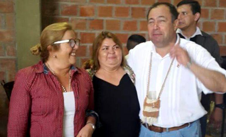 Yudith Ferreira (ANR), en el centro, junto al exvicepresi- dente y senador Juan Afara (Añetete). Dijo que ya recibió recursos del Fonacide.
