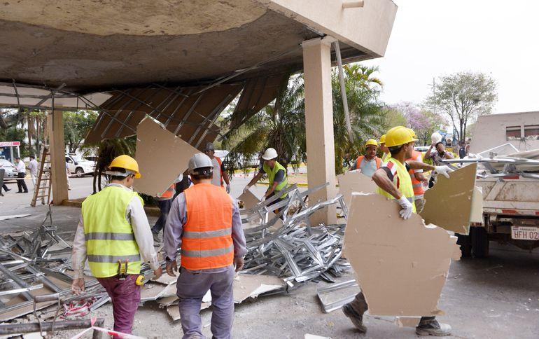 El cielorraso del acceso principal al Hospital Central del IPS se desplomó el martes. El consorcio Sacramento dijo que fue el viento.