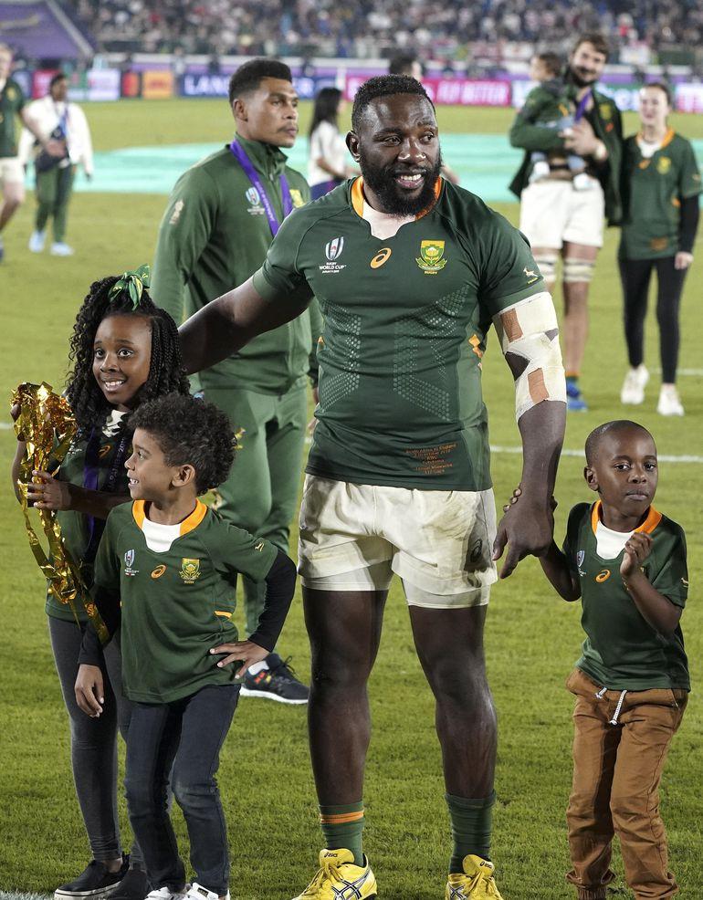 Mtawarira y sus hijos tras la premiación.