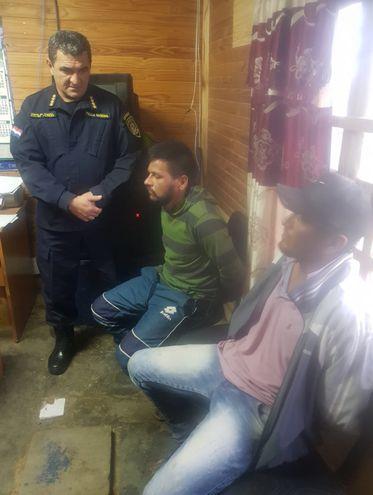 El comandante de la Policía Walter Vázquez interroga a los hermanos  que supuestamente efectuaron la masacre.
