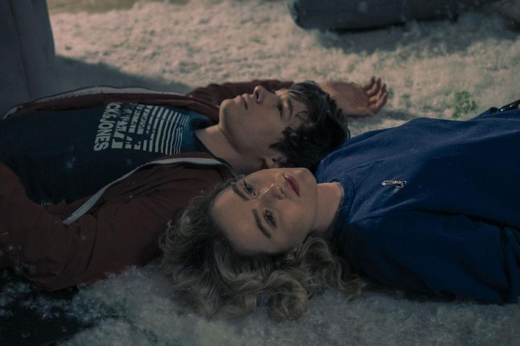 """Kathryn Newton y Kyle Allen en """"The Map of Tiny Perfect Things""""."""