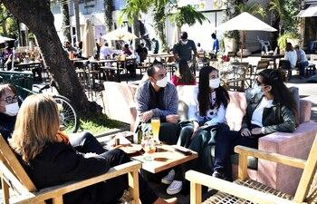 En la zona de Carmelitas las familias aprovecharon para disfrutar del sol y compartir un brunch en los pubs, bares y restaurantes habilitados en la calle ayer, como los anteriores fines de semana.
