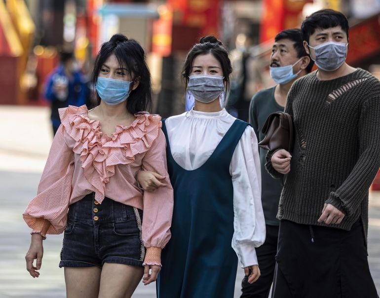 Personas con tababocas en Guangzhou, China.