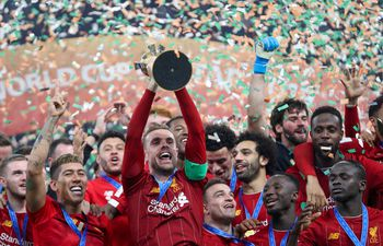 Jordan Henderson levanta el trofeo del Mundial de Clubes, luego de la victoria de Liverpool sobre Flamengo en Doha, Qatar.