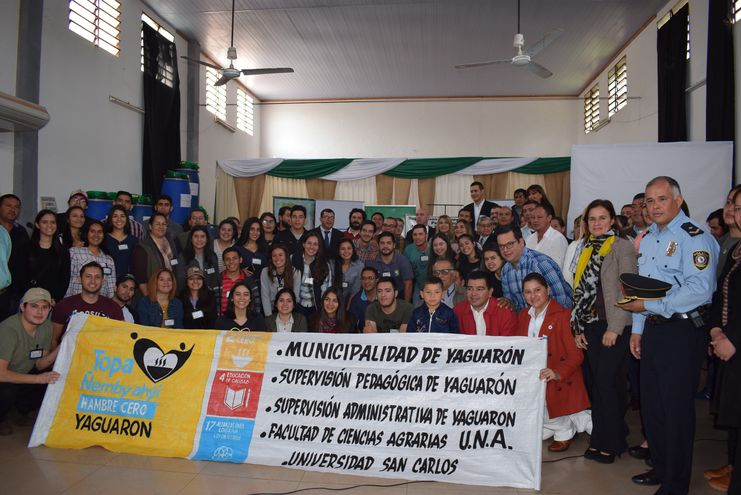 Los involucrados alumnos, docentes y autoridades educativas que trabajaràn hasta noviembre en este proyecto de Hambre Cero en Yaguarón.
