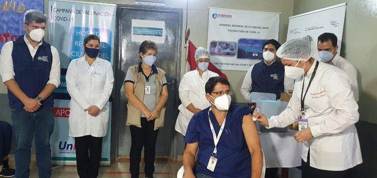 Una jornada de vacunación contra el Covid-19 en Ciudad del Este. Hasta ahora las dosis solo alcanzan a los trabajadores de la salud.