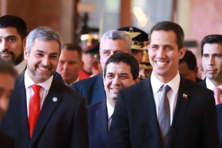 Mario Abdo y Juan Guaidó (der.). Atrás están  Hugo Velázquez y Juan Ernesto Villamayor.
