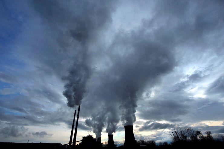 Vista de la planta térmica de carbón en Bitola, Macedonia, el 15 de diciembre de 2009. El abandono del carbón se torna crucial para reducir las emisiones de CO2 a la atmósfera, debido a que la combustión de este combustible fósil, especialmente el lignito, es altamente contaminante.