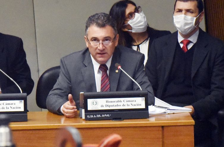 Ing. Luis Villordo y equipo técnico de apoyo durante su interpelación el miércoles último por la Cámara de Diputados. El cuestionario incluyó igualmente la revisión del Anexo C de Itaipú.