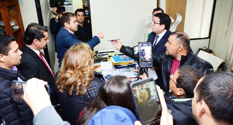 El intendente de Ciudad del Este, Miguel Prieto, durante la intervención a la Terminal de Ómnibus de la capital altoparanaense para que vuelva a ser administrada por la Comuna.