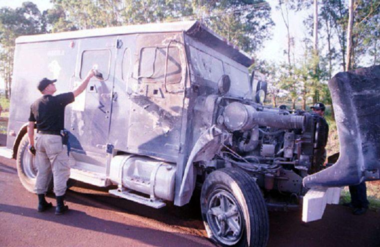El camión blindado de la empresa Águila que fue acribillado y quemado por los asaltantes aquel 7 de diciembre de 2000 en el trayecto Salto del Guairá-Ciudad del Este.
