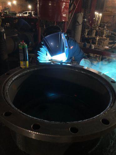 Los funcionarios de la Essap están realizando trabajos de reparación para poner en funcionamiento la bomba averiada en la planta de Viñas Cue.