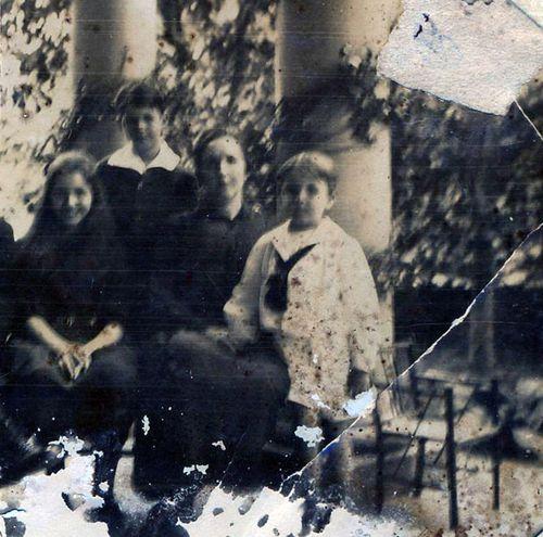 Elisa Lynch en el centro  con su asistente Francisca Ignacia Ortiz, su hijo Panchito, de pie, y al lado su hijo Federico Morgan. La foto fue hecha en la quinta de Patiño antes de la guerra.