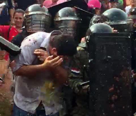 Los manifestantes ayer arrojaron huevos al intendente de Arroyito.