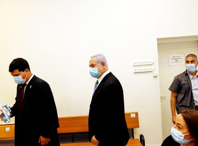 Benjamín Netanyahu, primer ministro de Israel, ingresando al tribunal ayer, en el inicio del juicio en su contra.