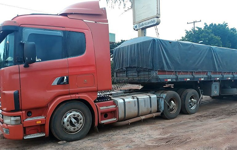 Camión cargado con 33.000 kilos de granos de soja que los uniformados intentaron robar, en una falsa barrera que montaron en Yby Pytã.