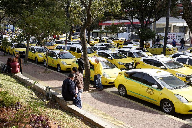 Taxistas de Asunción y ciudades de Central coparon ayer la avenida Mariscal López, afectando a miles de personas y a negocios.
