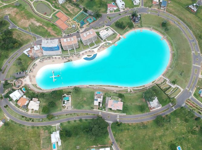 Vista aérea del Aqua Village, primer emprendimiento de laguna artificial de Raíces.