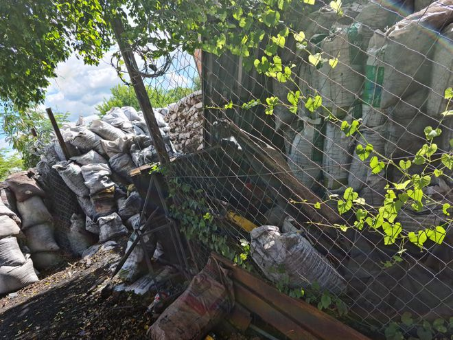 Bolsas y bolsas de carbón que invaden el patio