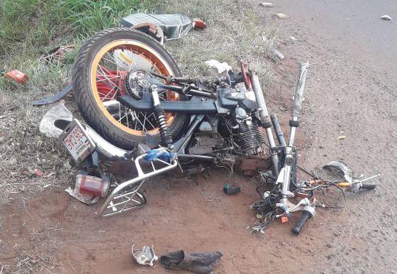 La motocicleta de la víctima fatal quedó destrozada a raíz del violento choque.