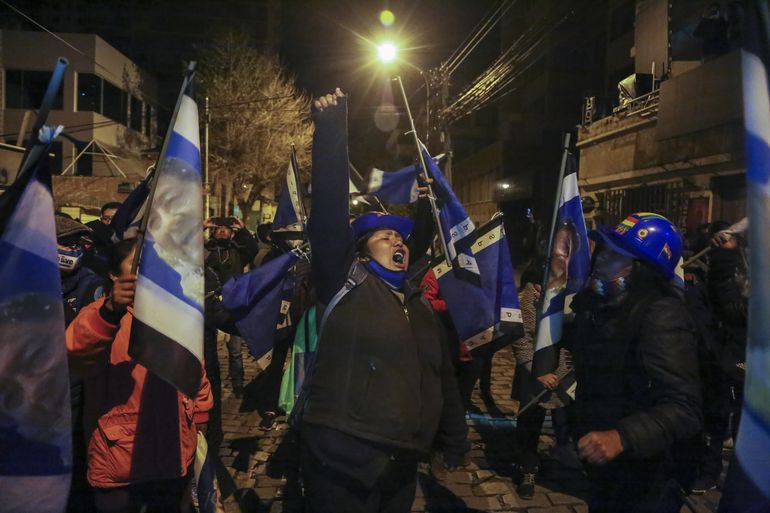 Partidarios del candidato presidencial Luis Arce celebran en una calle de La Paz.