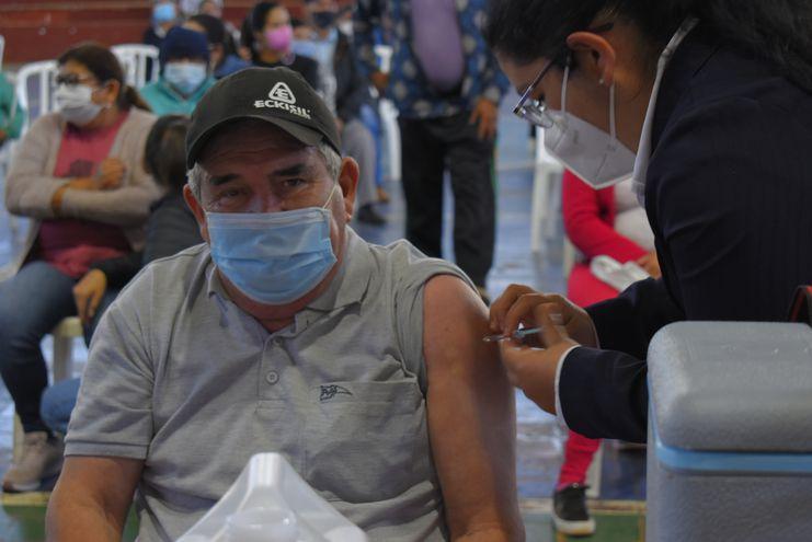 Una mayor cantidad de adultos acudió al vacunatorio peatonal de Villarrica en comparación con los jóvenes de 19 años.