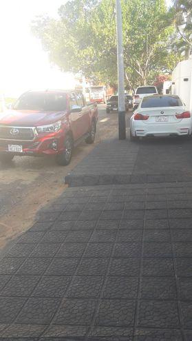 Auto estacionado en la vereda