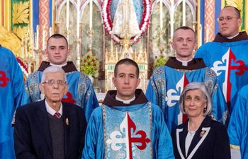 el-nuevo-sacerdote-jose-maria-troche-ferreira-centro-con-familiares-y-religiosos-del-movimiento-al-cual-pertenece--195313000000-1838412.jpg