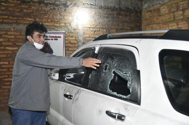 La víctima muestra en lugar en que impactó uno de los balazos.