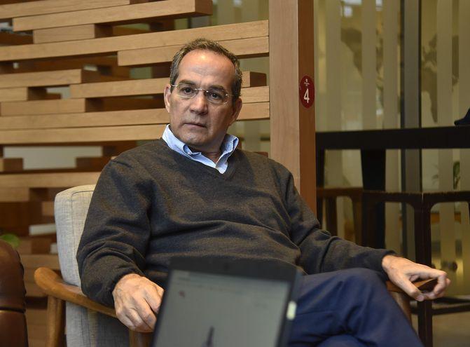 Martín Burt, de la Fundación Paraguaya, en conferencia de prensa sobre encuesta para el Foro Económico Mundial.