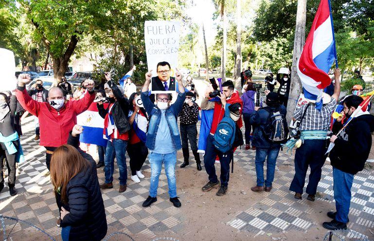 Manifestantes frente a la Cámara de Diputados  pidieron la destitución de los tres magistrados de Ciudad del Este.