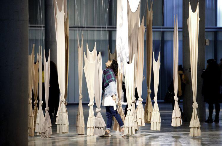 """Instalación textil de Claudia Casarino que puede verse en la muestra """"Entre otras"""", habilitada en el Centro Cultural de Córdoba."""