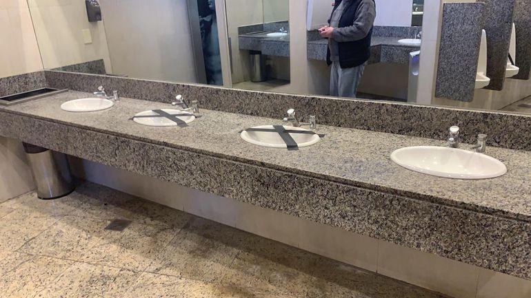 Algunos lavatorios fueron inhabilitados en los baños a fin de mantener la distancia  dos metros que recomiendan las autoridades sanitarias.