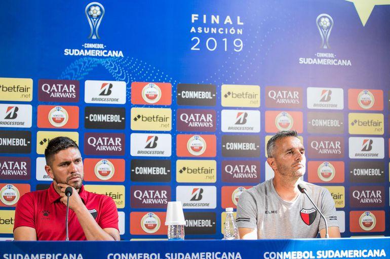 Pablo Lavallén junto al paraguayo Jorge Ortega en rueda de prensa.