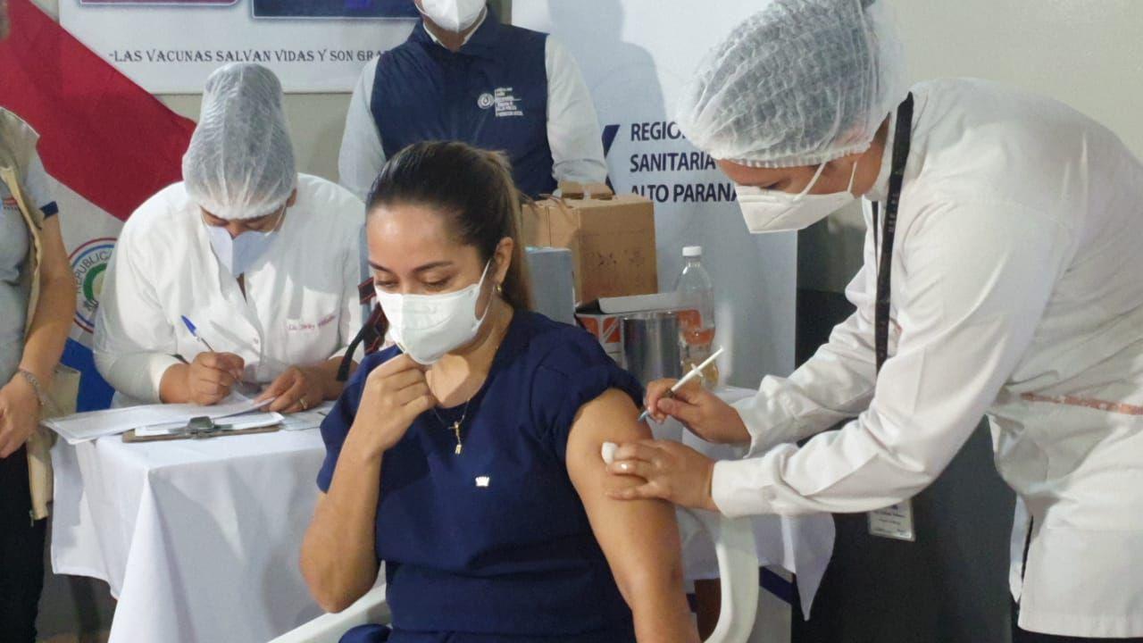 La vacunación se limita a trabajadores de primera línea en la atención de pacientes con Covid.