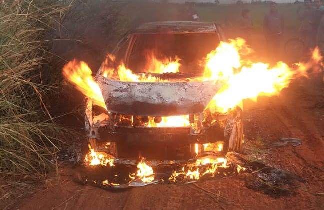 El vehículo que utilizaron los asaltantes fue encontrado en llamas.