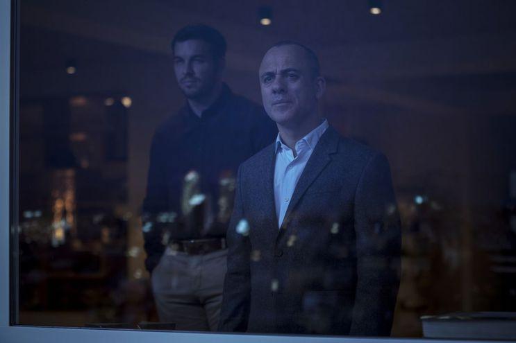 """Mario Casas y Javier Gutiérrez en """"Hogar""""."""