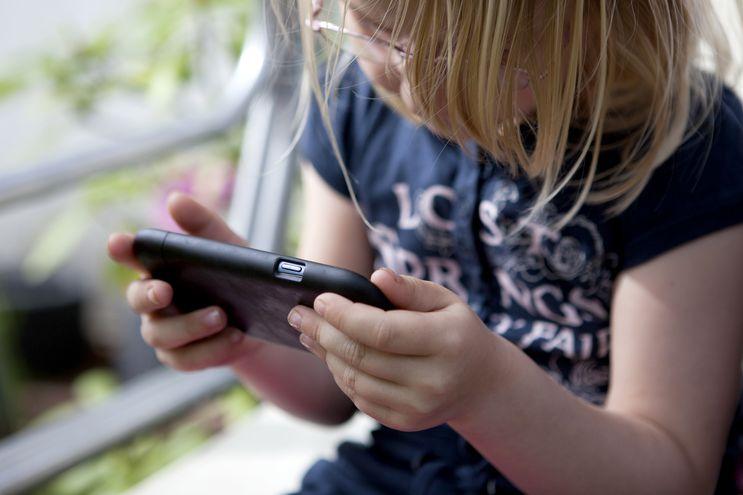 El móvil no es un dispositivo inofensivo. El Cybergrooming puede afectar tanto a niñas como niños.